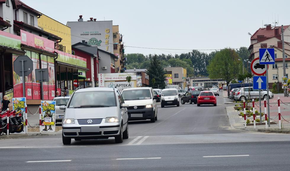 Kolbuszowa. Kierowcy mają w nosie znaki ustawione na ul. 11 Listopada. Mieszkańcy oczekują interwencji policji  - Zdjęcie główne