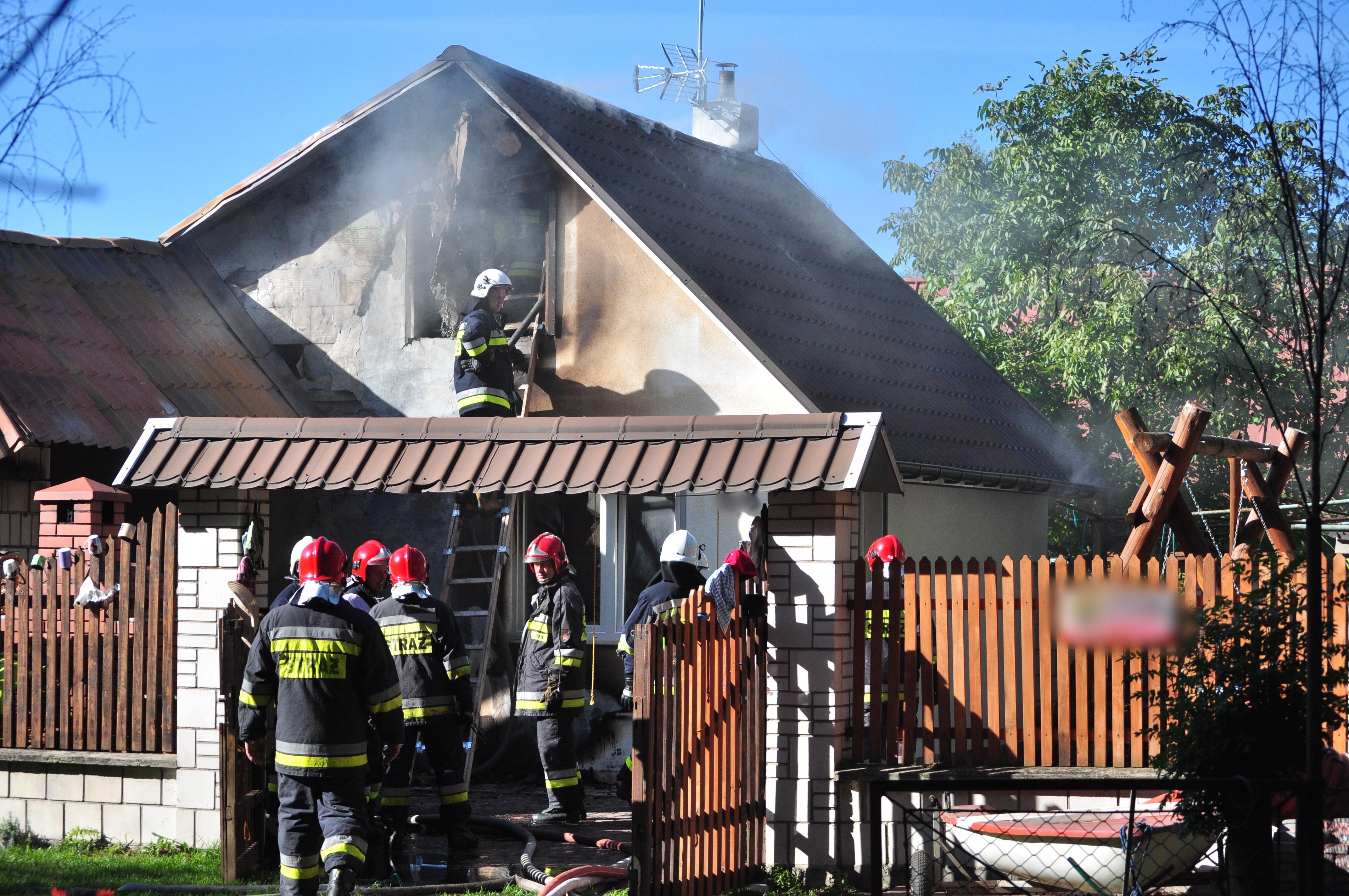 W Wilczej Woli zapalił się domek letniskowy. 27 strażaków walczyło z ogniem przez cztery i pół godziny - Zdjęcie główne