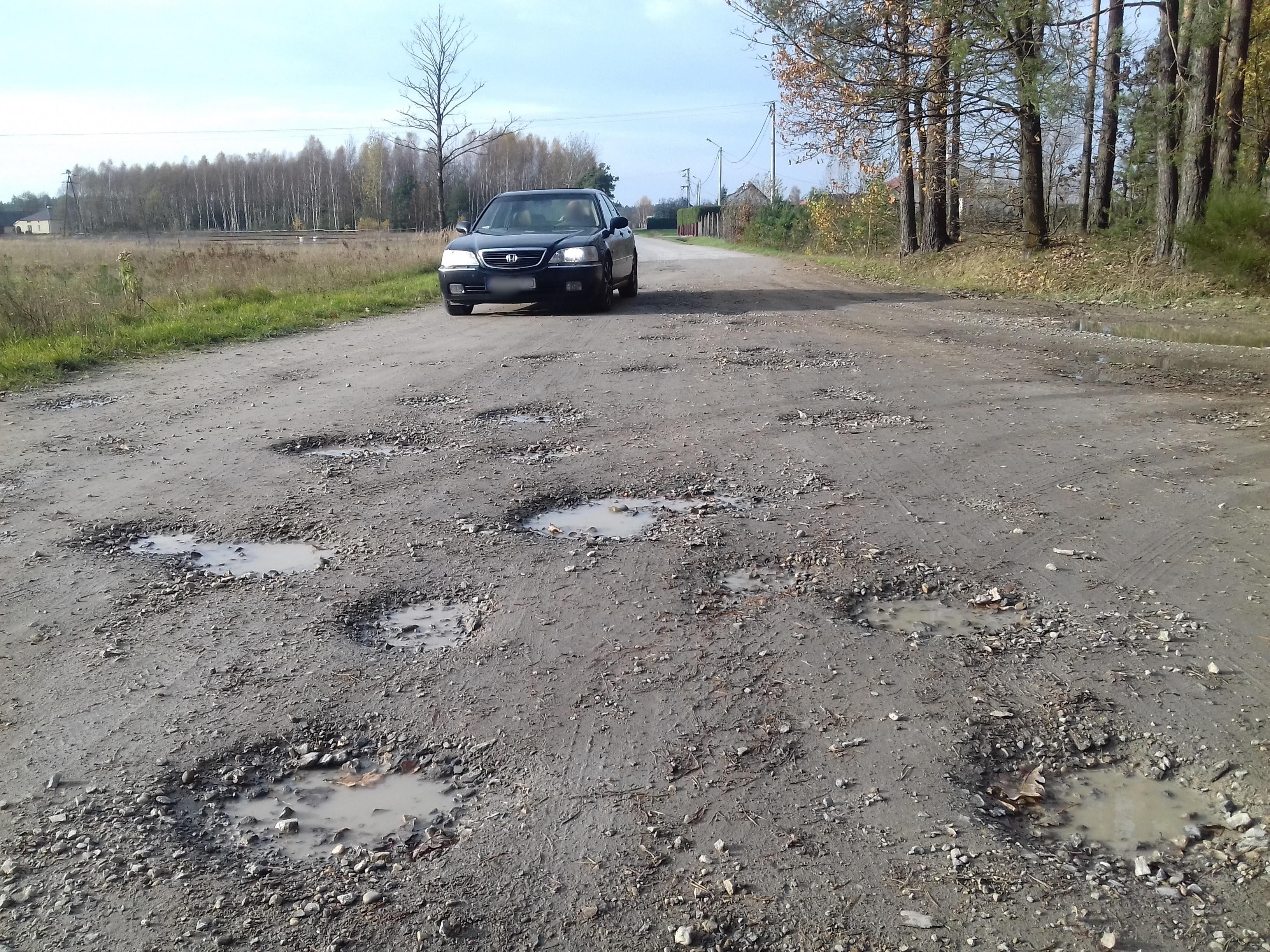 Gmina Cmolas. W Porębach Dymarskich, na drodze łączącej sołectwo z Płazówką, trwa remont drogi powiatowej - Zdjęcie główne