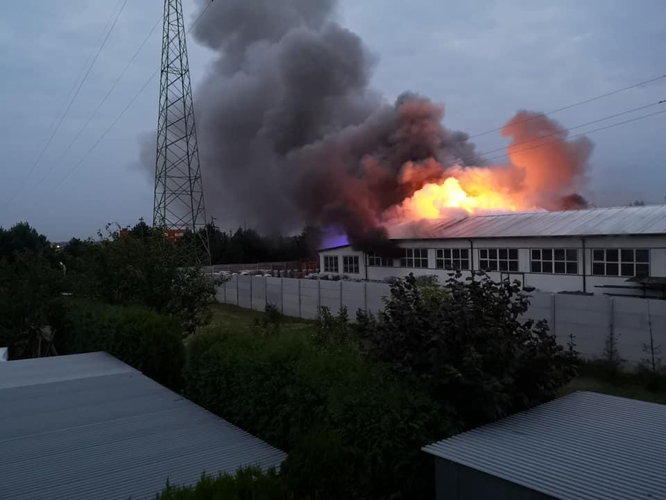 Pożar zakładu Drew - Met w Kolbuszowej. Na miejscu pracują strażacy [ ZDJĘCIA   WIDEO ] - Zdjęcie główne