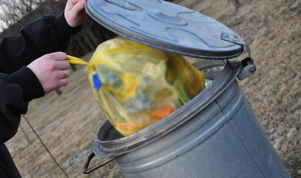 Nie wszystkie odpady zostały zabrane od mieszkańca Zarębek. - Dlaczego? - o to dopytywał Marek Opaliński  - Zdjęcie główne