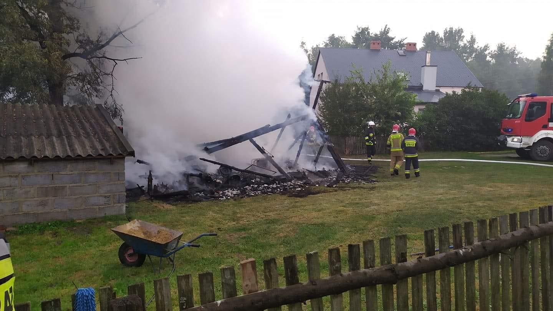 Pożar w Porębach Dymarskich od uderzenia pioruna - Zdjęcie główne