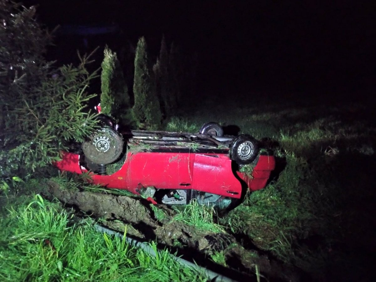PODKARPACIE: Pijani dachowali samochodem. Jak tłumaczyli się policji? - Zdjęcie główne