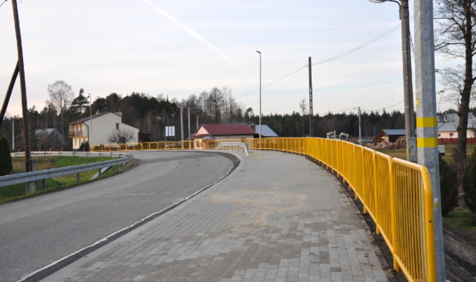 Gmina Majdan Królewski. Chodnik łączący Brzostową Górę z Wolą Rusinowską został odebrany  - Zdjęcie główne
