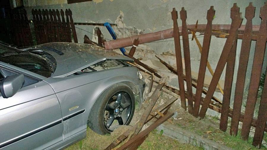 Gmina Majdan Królewski. Kierowca BMW wjechał w dom i uciekł - Zdjęcie główne