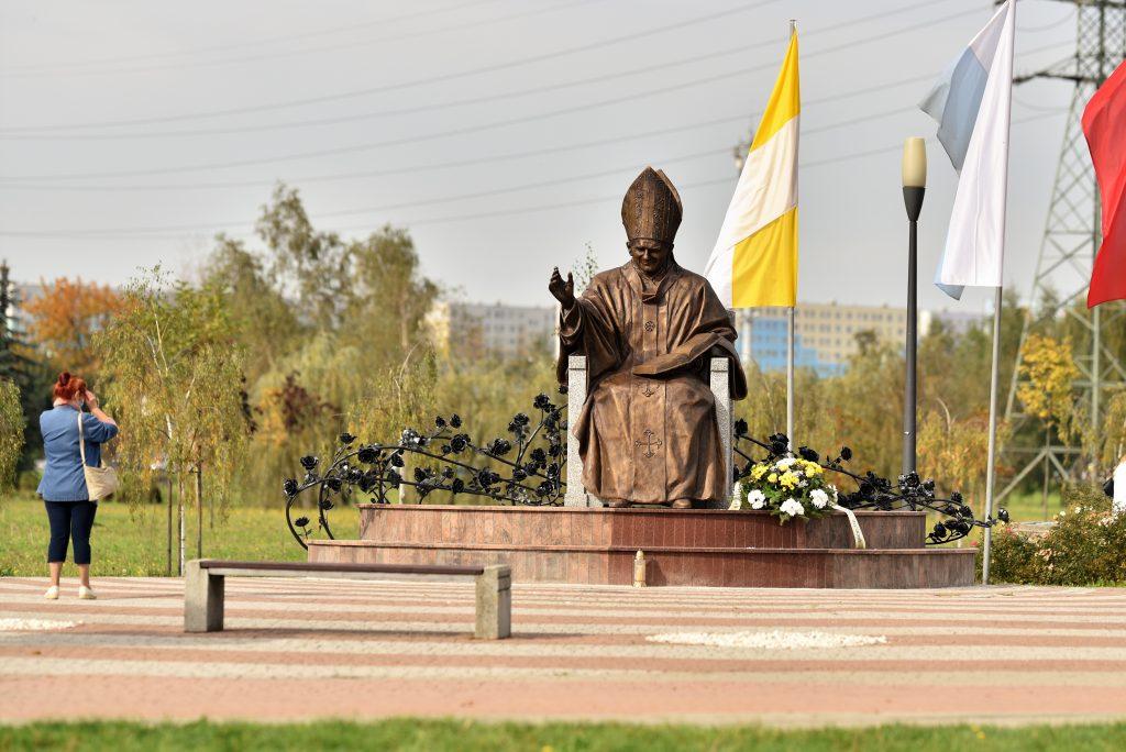 Czterometrowy pomnik Jana Pawła II stanął w Rzeszowie [FOTO] - Zdjęcie główne