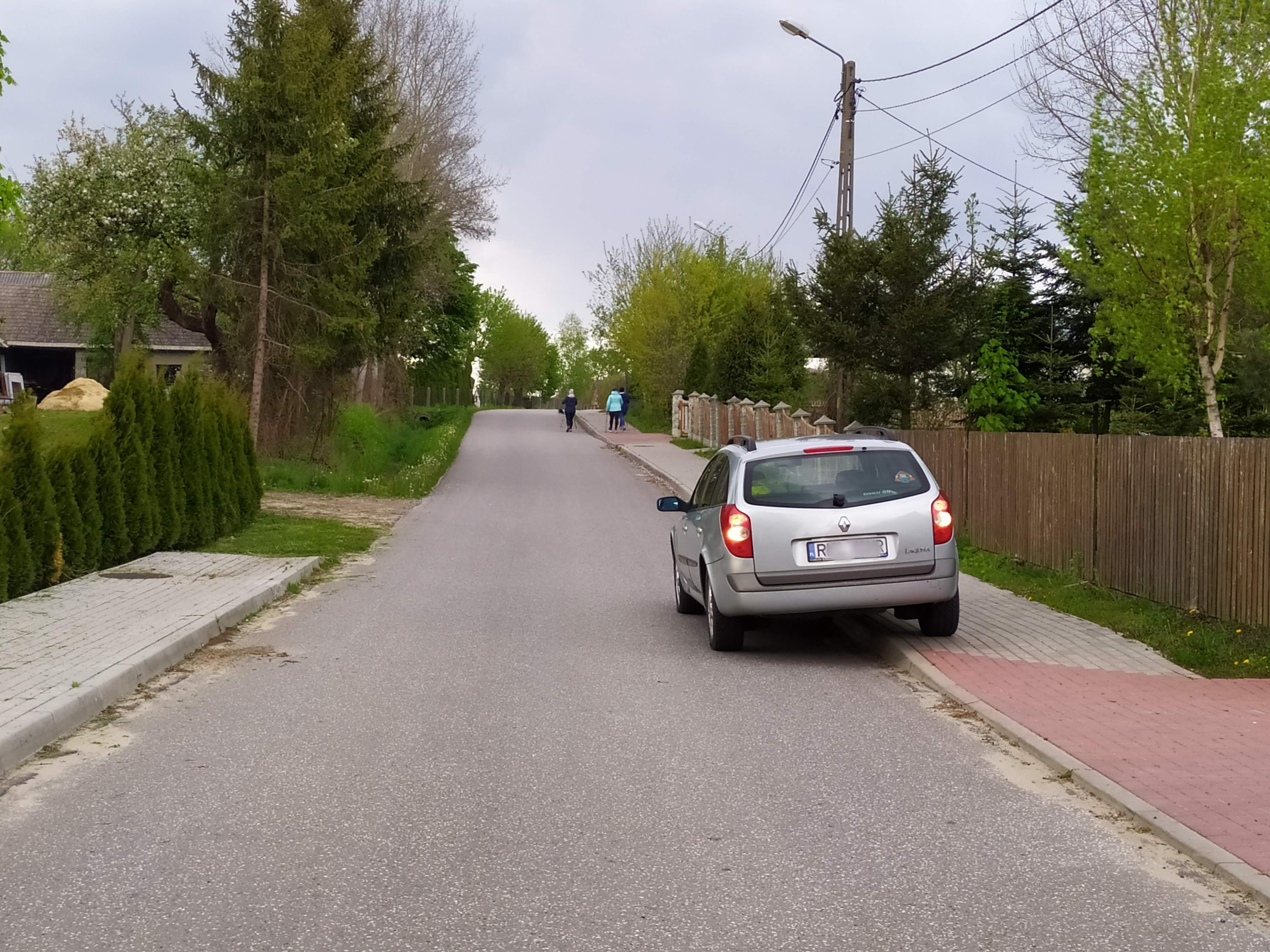 Kolejny problem z chodnikiem. Co na to wójt?  - Zdjęcie główne