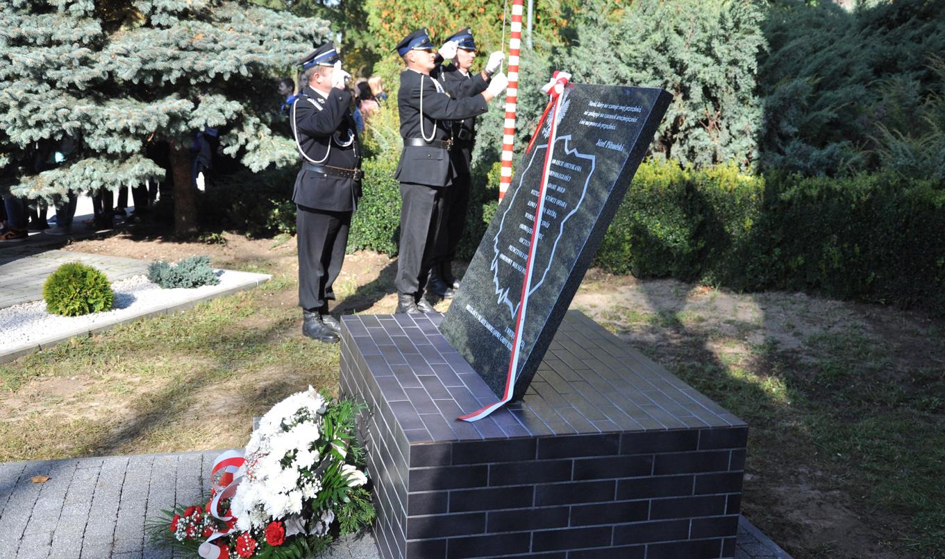 W Dzikowcu odsłonięta została tablica upamiętniająca setną rocznicę niepodległości Polski [WIDEO] - Zdjęcie główne