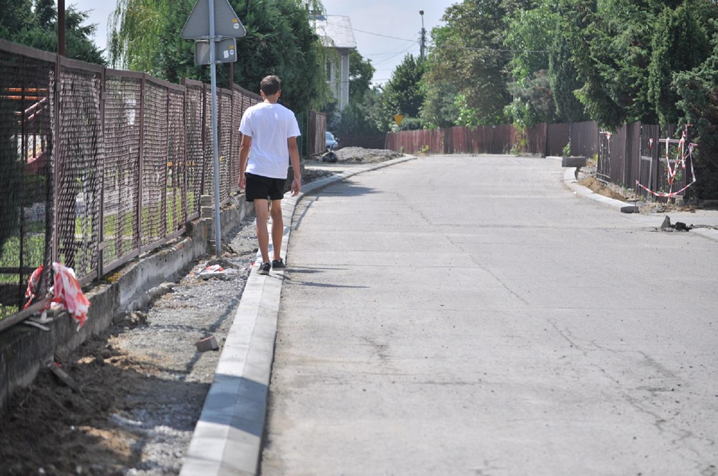 Gmina Cmolas. Mieszkaniec Cmolasu interweniuje w sprawie zbyt wąskiego chodnika - Zdjęcie główne