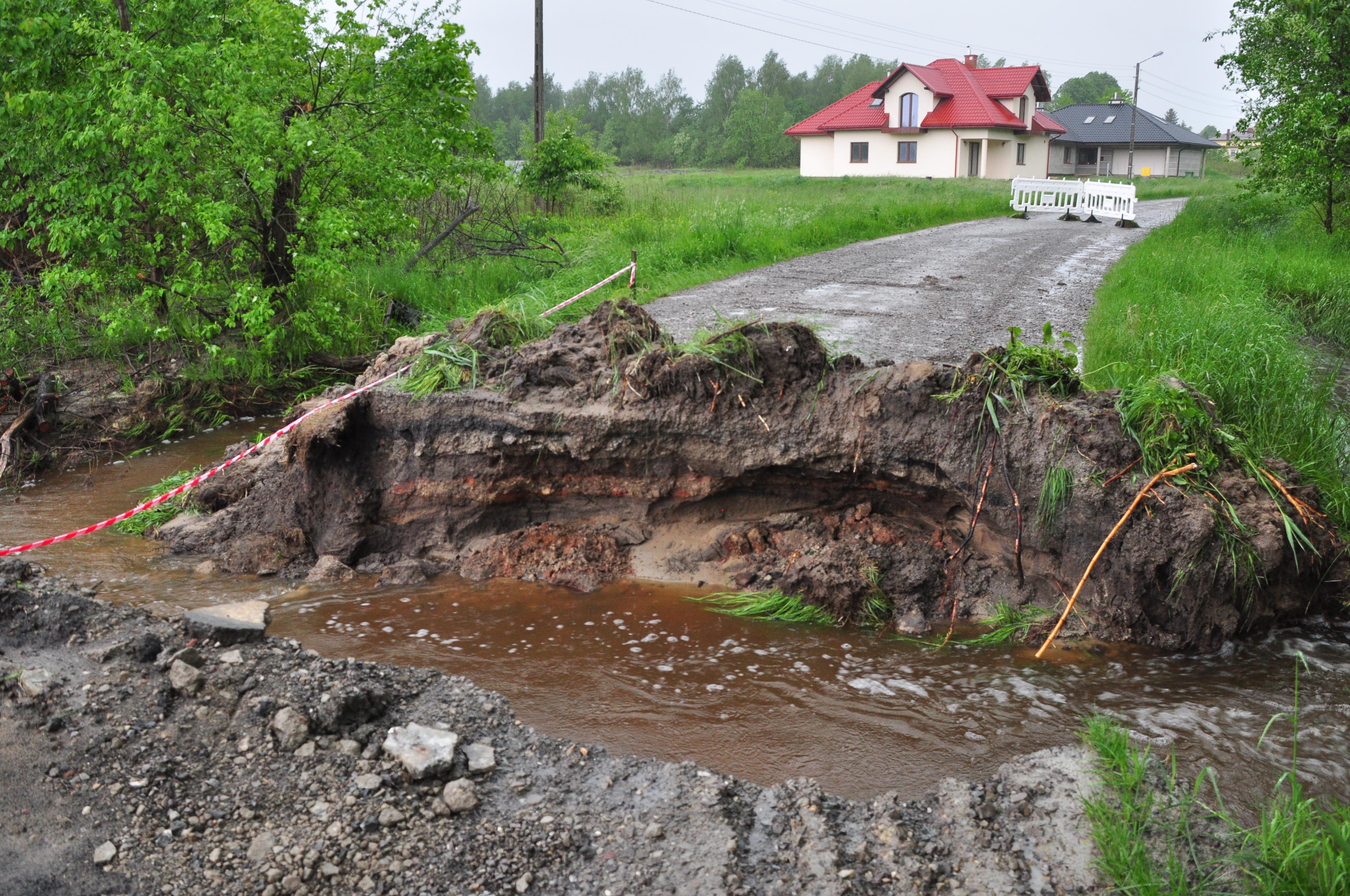 Ulica Piaskowa w Kolbuszowej całkowicie zniszczona przez ulewne deszcze [ZDJĘCIA] - Zdjęcie główne