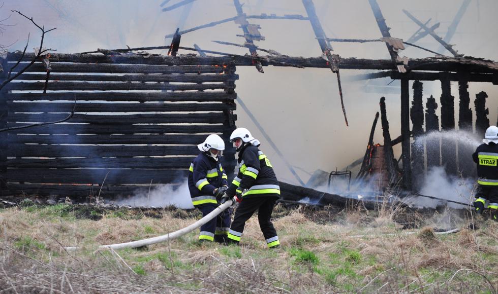 Pożar w Widełce. Strażacy gaszą płonący budynek gospodarczy  - Zdjęcie główne