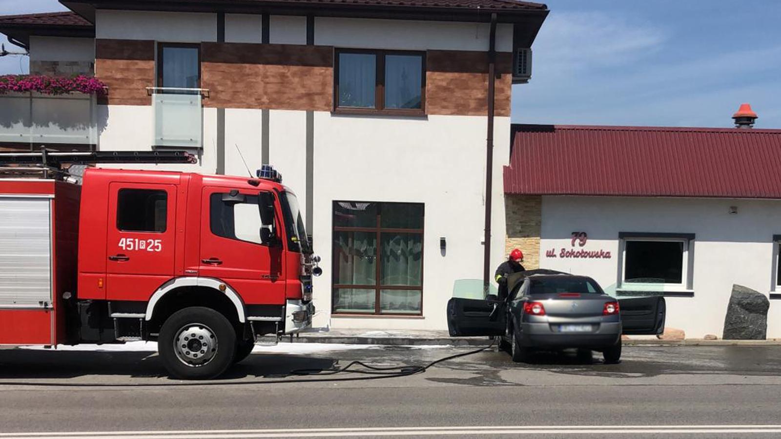 Pożar samochodu na jednej z ulic w Kolbuszowej [ZDJĘCIA] - Zdjęcie główne