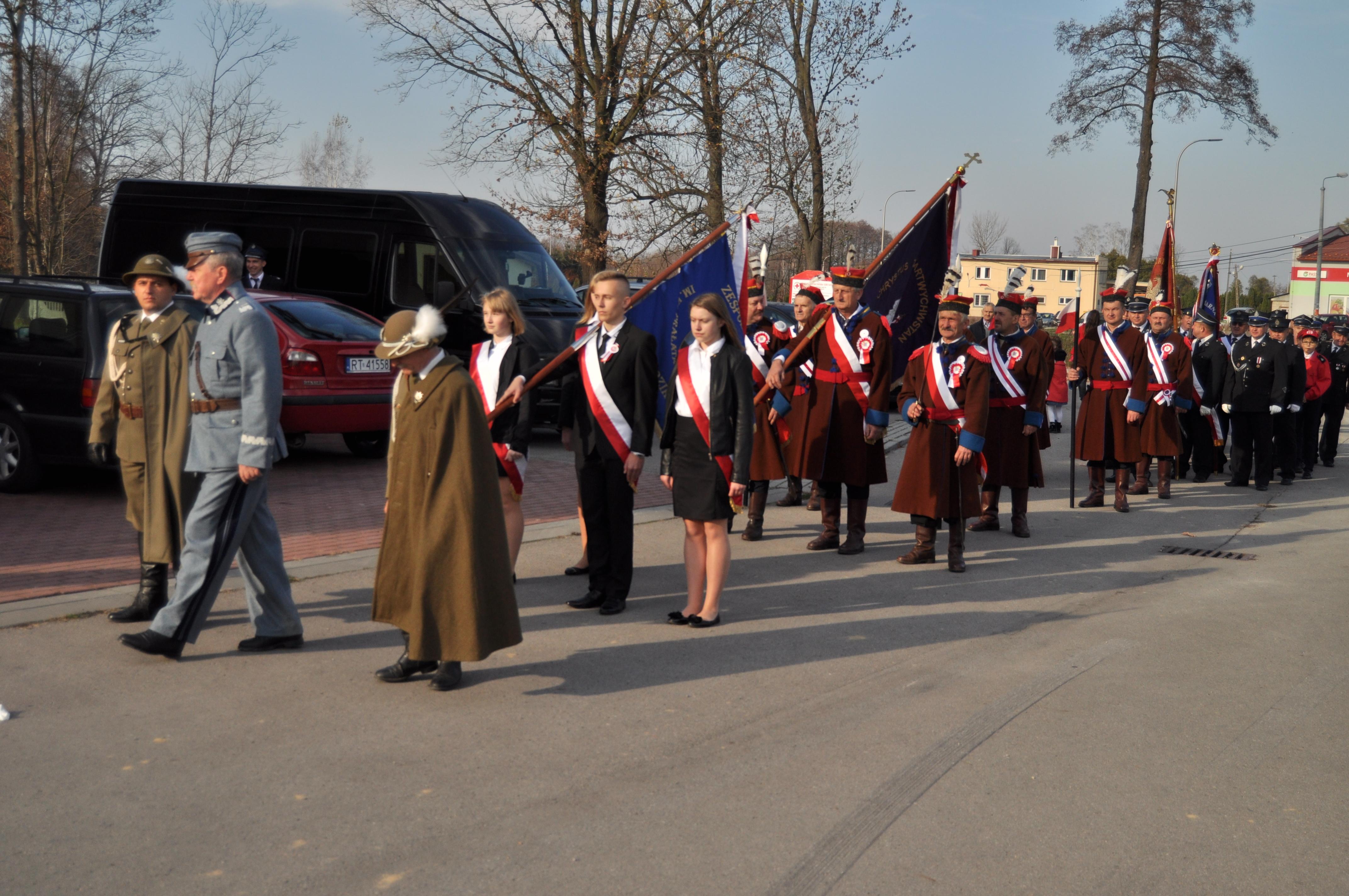 Obchody 100. rocznicy odzyskania niepodległości w Dzikowcu. Przemarsz z Józefem Piłsudskim na czele [WIDEO] - Zdjęcie główne