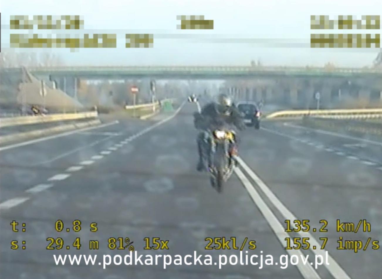 Podkarpacie. Wyprzedził policjantów na podwójnej ciągłej i uciekał [VIDEO] - Zdjęcie główne