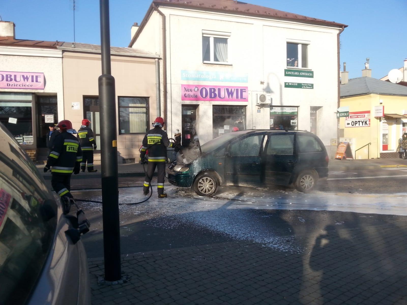 Na rynku w Kolbuszowej zapalił się samochód. Interweniowała straż pożarna - Zdjęcie główne