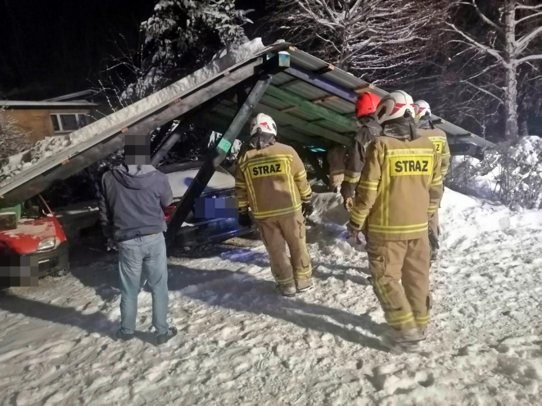 Podkarpacie: Wiata zawaliła się na auta przez napór śniegu - Zdjęcie główne