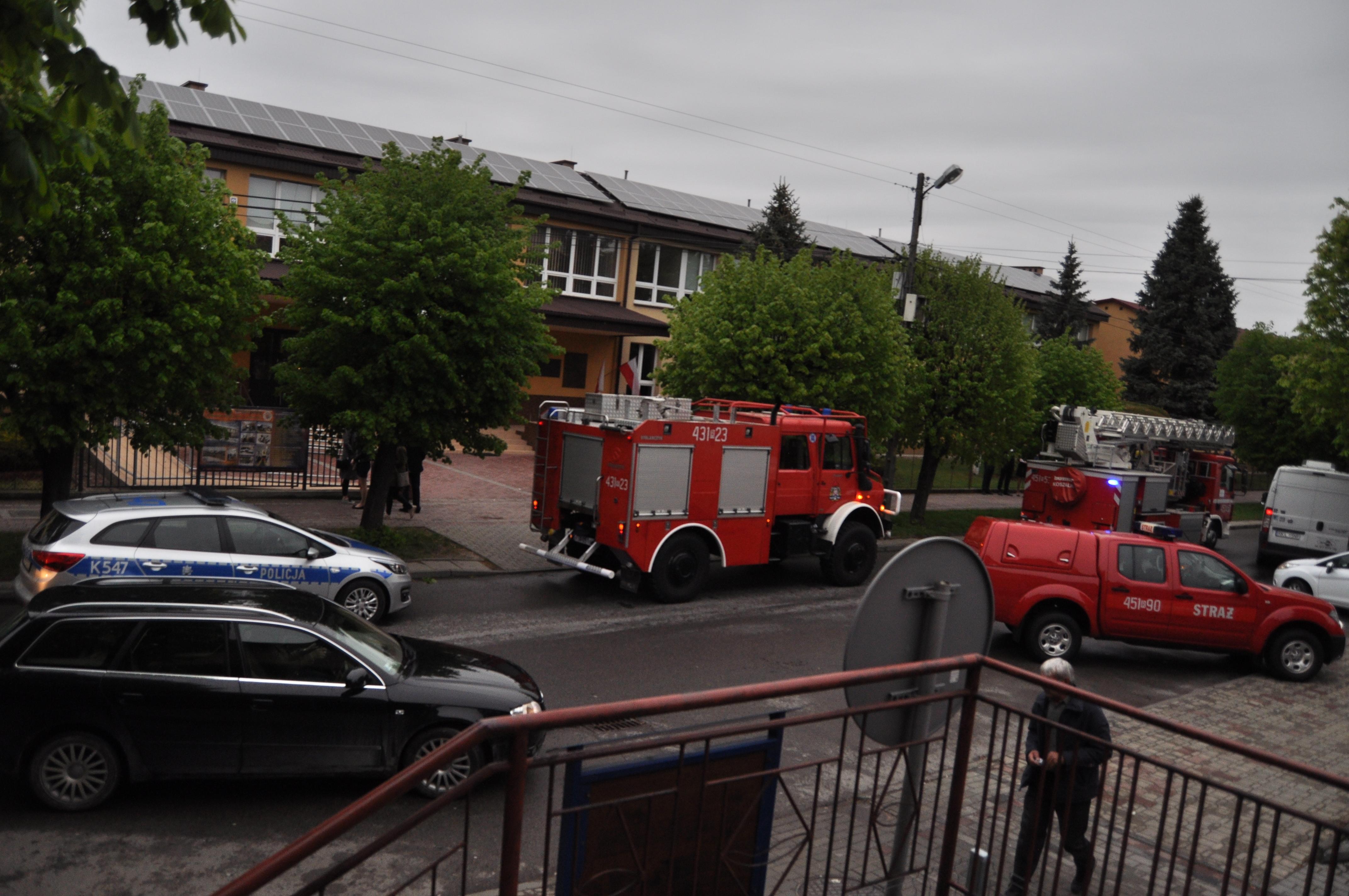 Alarm bombowy w szkole. Pirotechnicy sprawdzają budynek ZST w Kolbuszowej [ZDJĘCIA WIDEO] - Zdjęcie główne