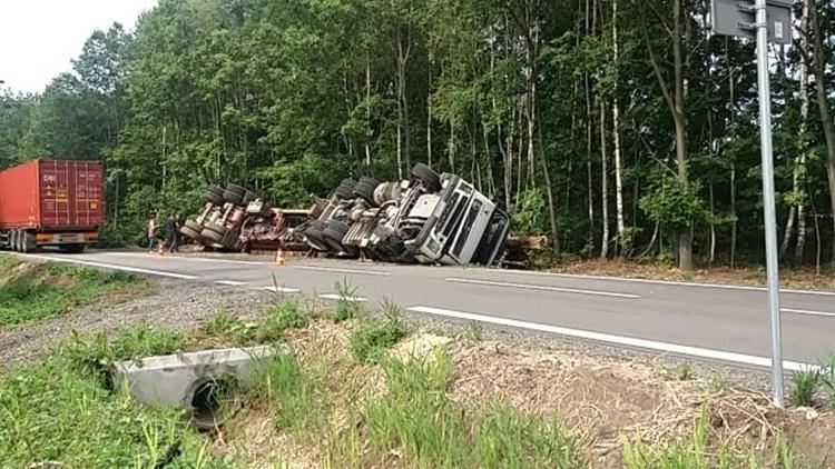 Ciężarówka z ładunkiem przewróciła się na bok - Zdjęcie główne