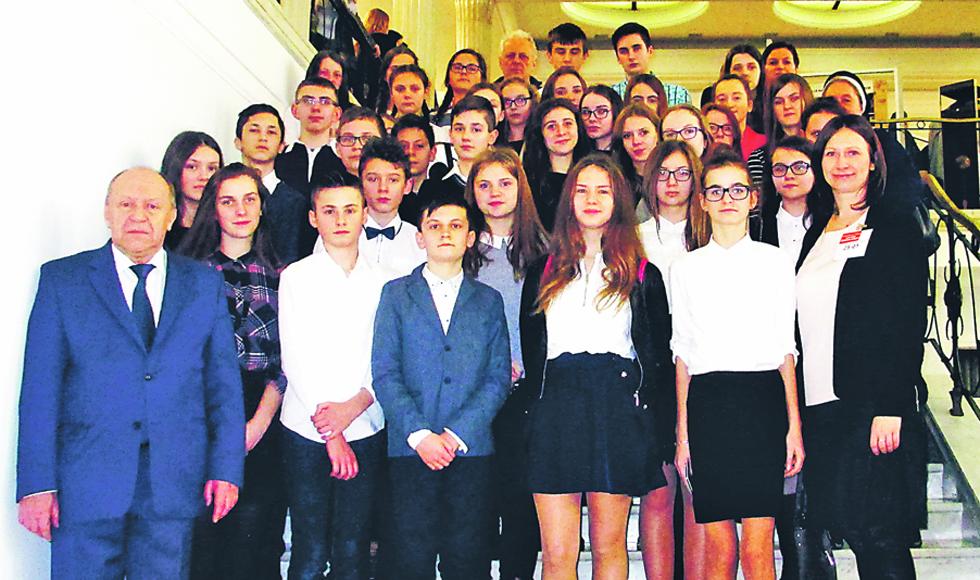 Uczniowie z Majdanu Królewskiego pojechali na otwarcie wystawy o kardynale Kozłowieckim  - Zdjęcie główne