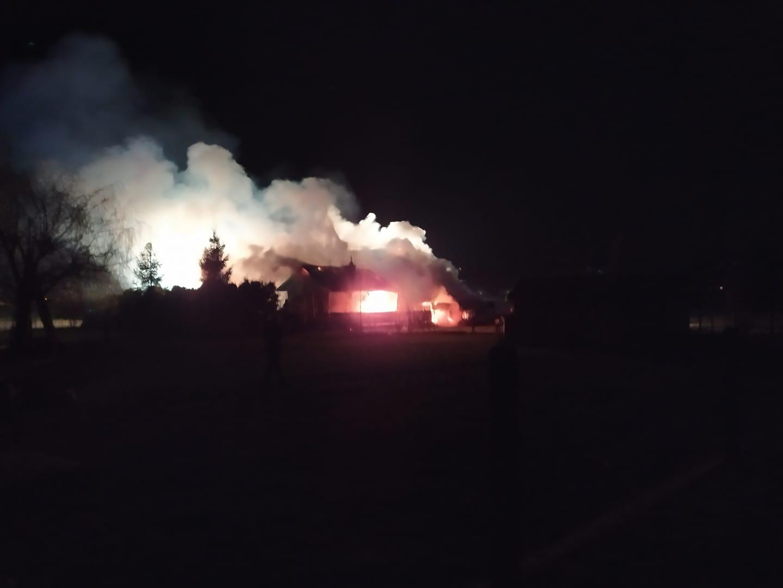 Z PODKARPACIA. Budynek gospodarczy stanął w ogniu. Samochód uszkodzony [FOTO] - Zdjęcie główne