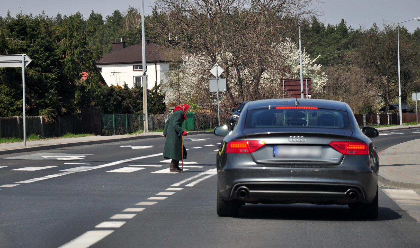 """Piesi kontra kierowcy. W tych miejscach jest najniebezpieczniej na """"zebrach"""" - Zdjęcie główne"""