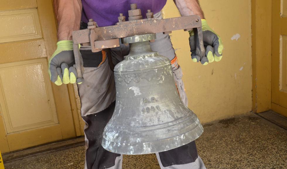 Na wieży kościoła zamontowano zabytkową sygnaturkę [FOTO] - Zdjęcie główne