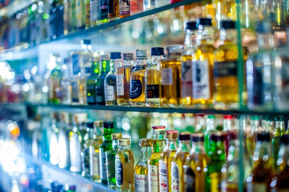 Radni z sąsiedniej gminy wprowadzili zakaz sprzedaży alkoholu między godz. 22 a 5.30. Ograniczenie będzie obowiązywać na terenie całej gminy Nowa Dęba od 27 lipca  - Zdjęcie główne