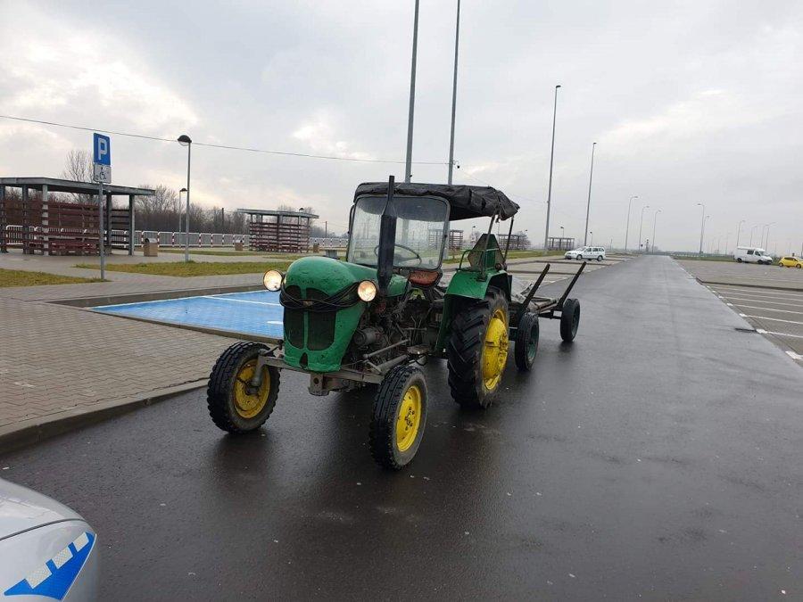 Z PODKARPACIA. Jechał traktorem po autostradzie A4  - Zdjęcie główne