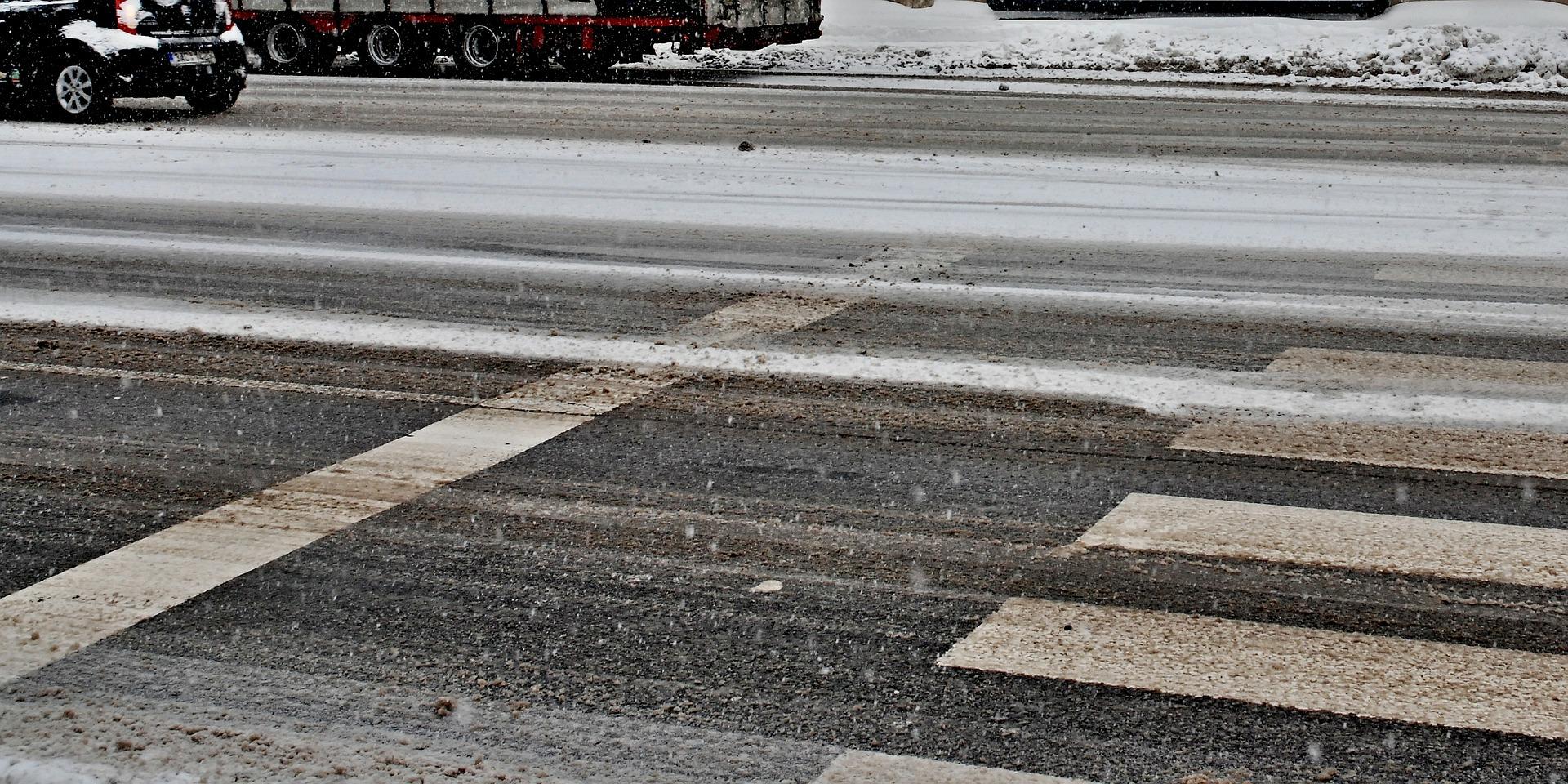 Szczególnie uważać trzeba w pobliżu przejść dla pieszych - Zdjęcie główne