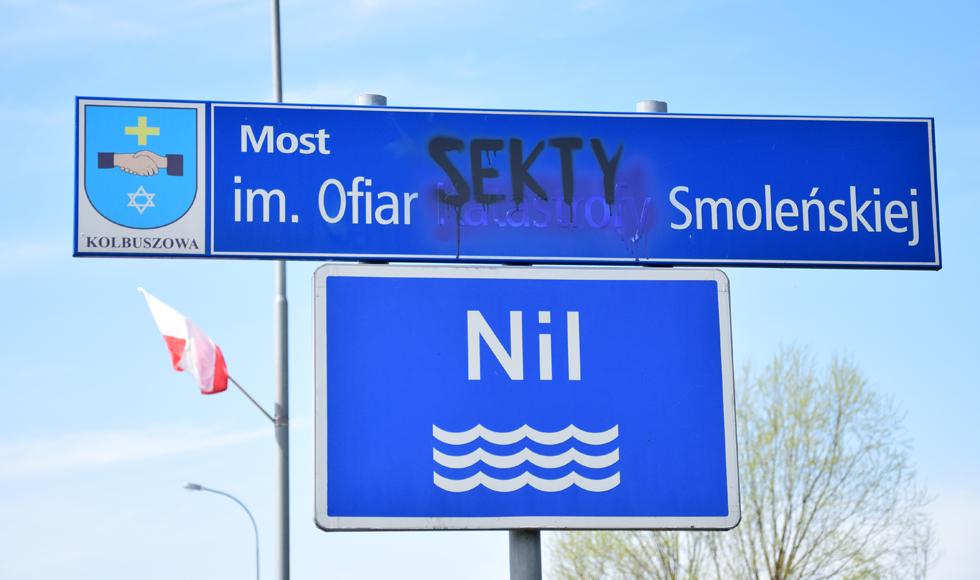 Ktoś zniszczył tabliczkę z nazwą mostu im. Ofiar Katastrofy Smoleńskiej w Kolbuszowej - Zdjęcie główne