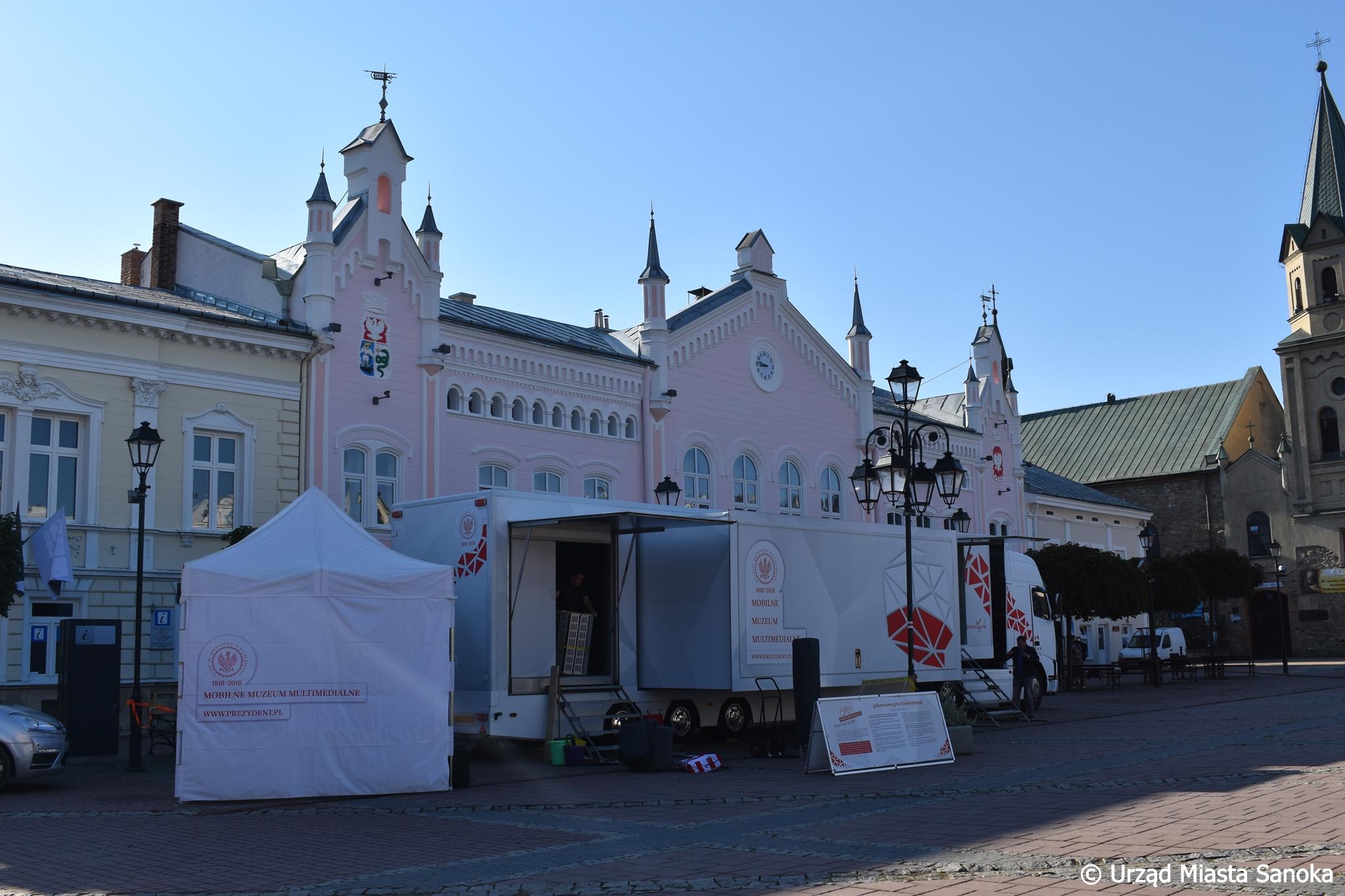 Historia Polski na sanockim Rynku. Zobacz multimedialną wystawę [ZDJĘCIA] - Zdjęcie główne