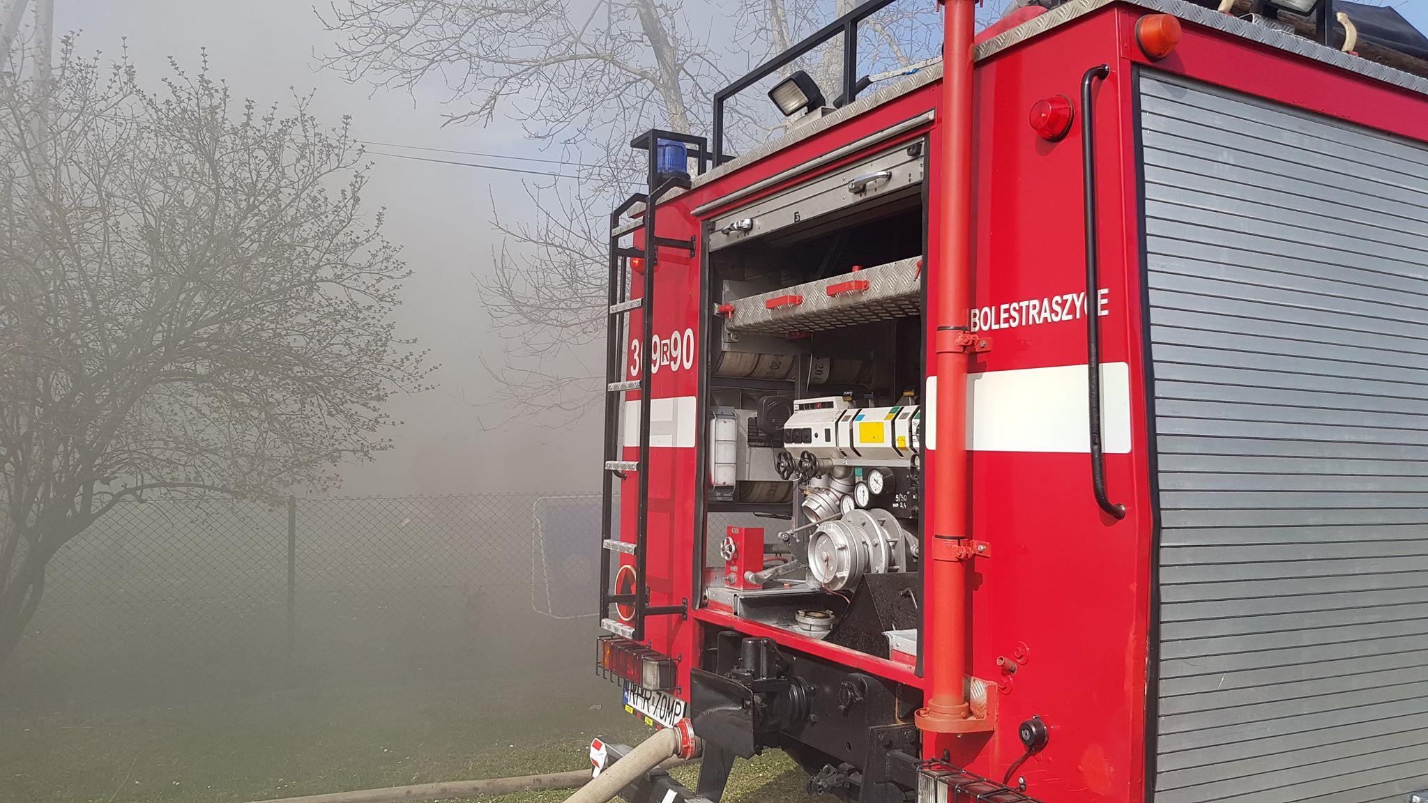 Z PODKARPACIA. Pożar składu opon. Strażak wymagał pomocy ratowników [FOTO] - Zdjęcie główne