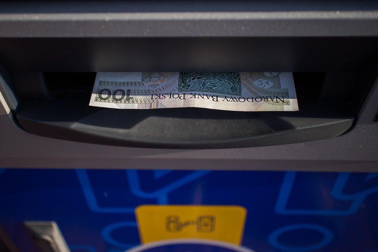 SANOK: 44-latek montował nakładki w bankomatach i kradł karty płatnicze [VIDEO] - Zdjęcie główne