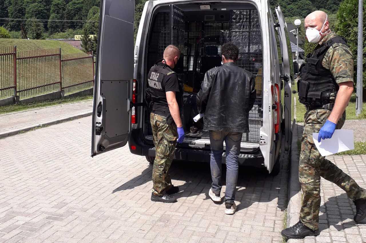 Siedmiu nielegalnych migrantów z Afryki oraz organizatorów ich przerzutu zatrzymano w Bieszczadach - Zdjęcie główne