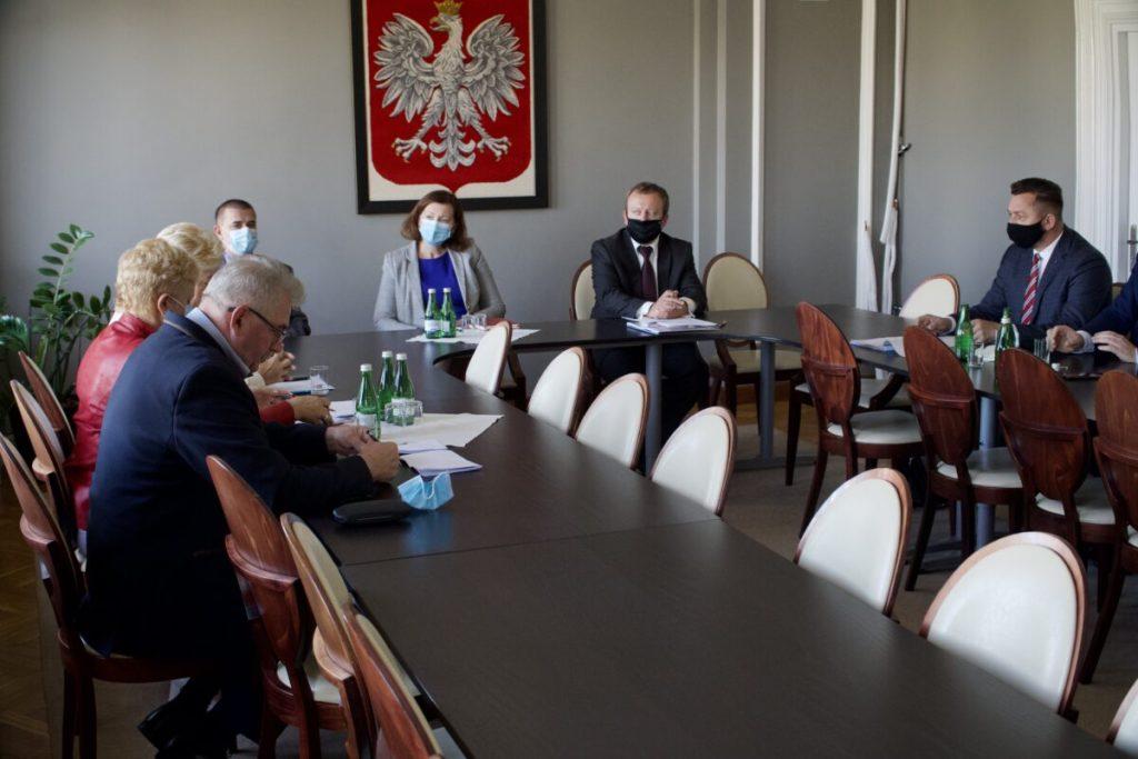 Wojewoda spotkała się z przedstawicielami gminy i miasta w sprawie zmiany granic Sanoka - Zdjęcie główne