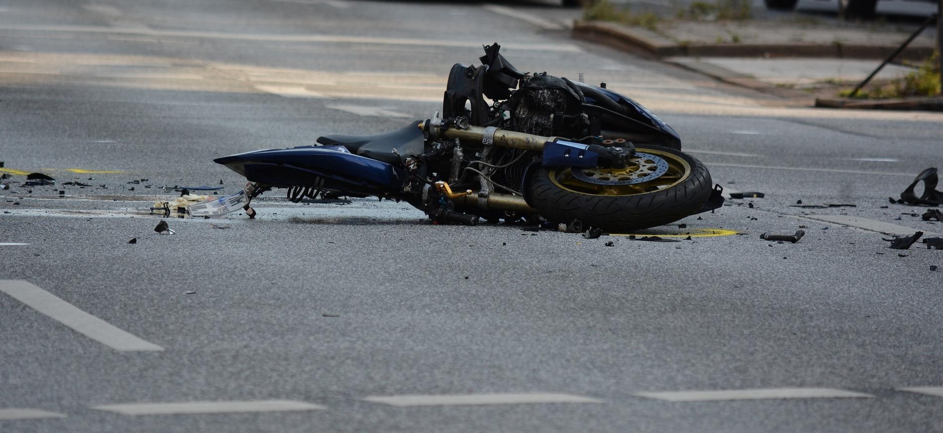 HOCZEW: Motocyklista uderzył w tył osobówki. Zginął na miejscu - Zdjęcie główne