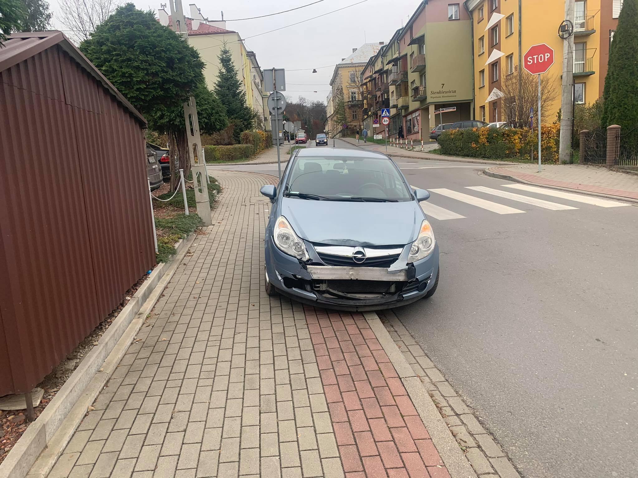 SANOK: Wjechał na skrzyżowanie ignorując znak STOP [FOTO] - Zdjęcie główne