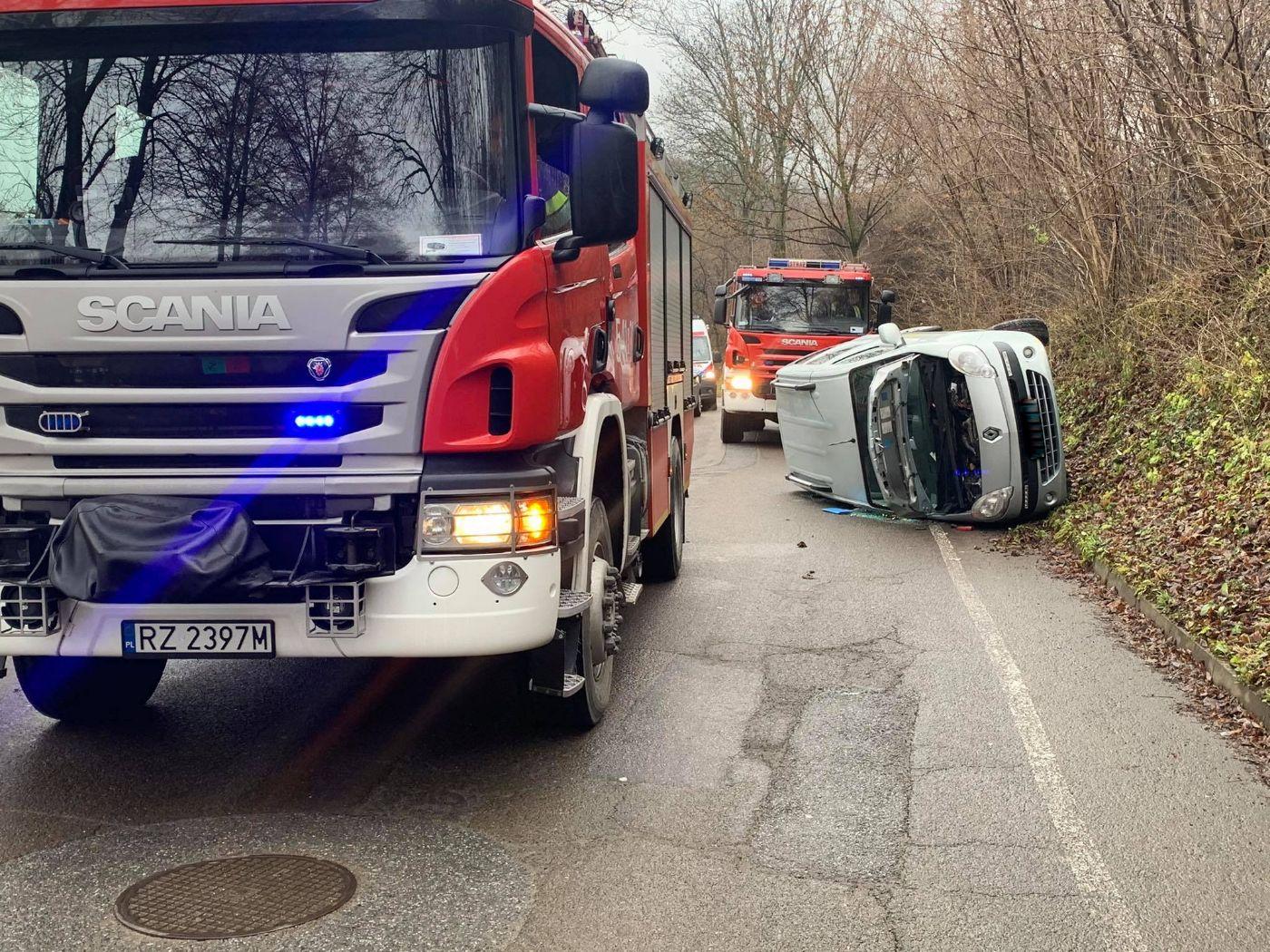 Z OSTATNIEJ CHWILI: Stracił panowanie nad pojazdem i wjechał na skarpę [FOTO] - Zdjęcie główne