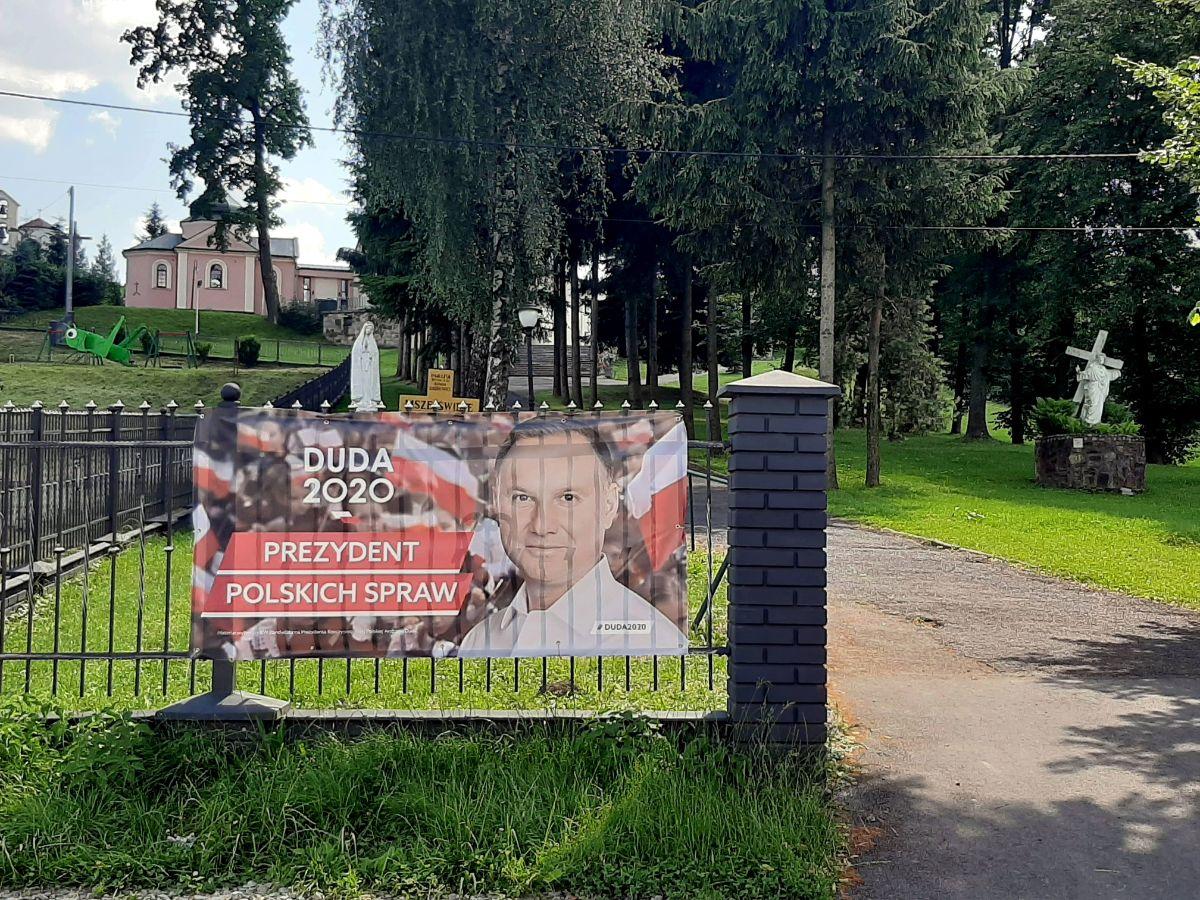 Agitacja wyborcza na terenie kościołów. Andrzej Duda Pozdrawia wiernych z ogrodzenia parafii [FOTO] - Zdjęcie główne