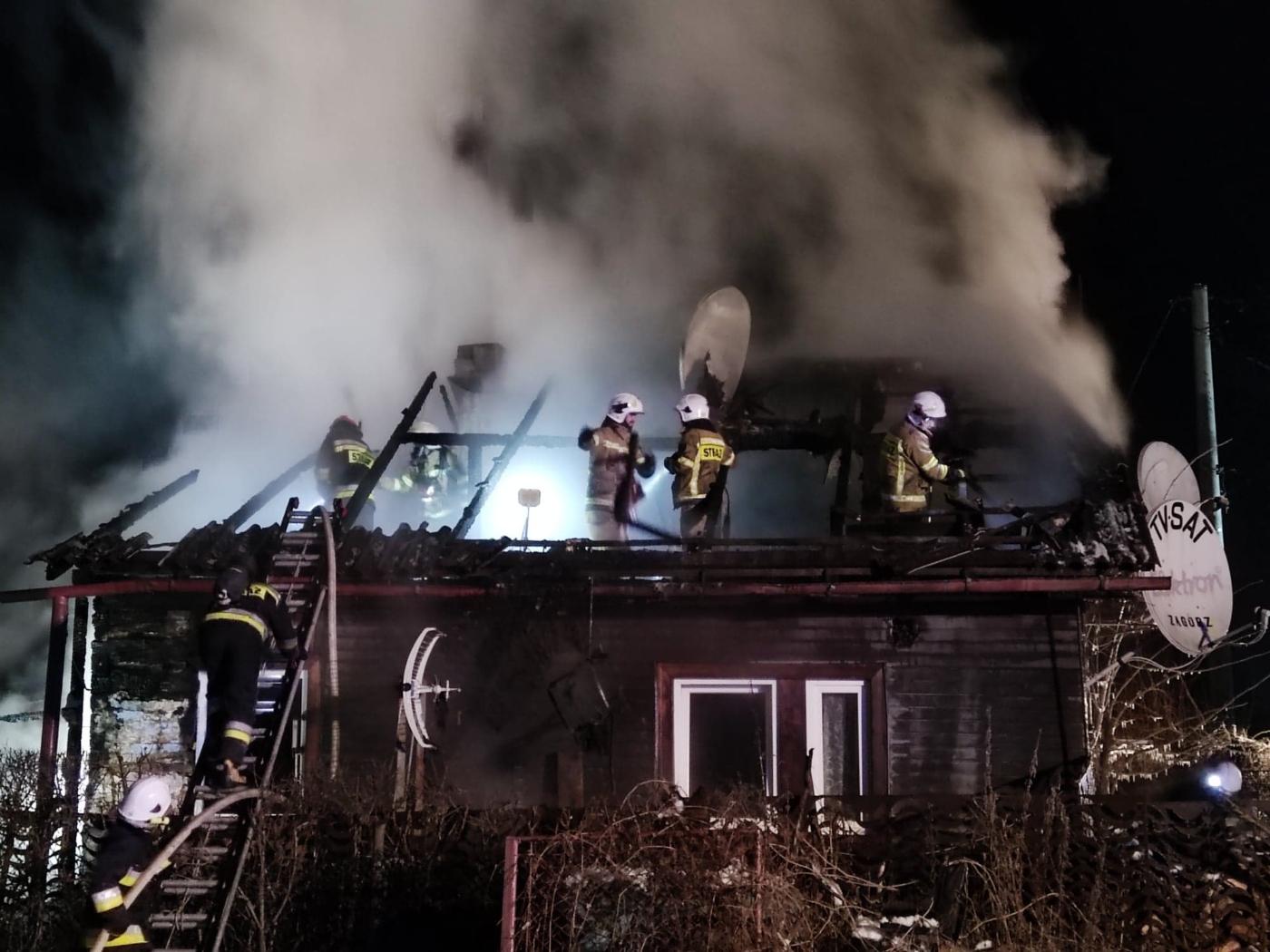 Uciekli z płonącego domu. Potrzebna natychmiastowa pomoc! - Zdjęcie główne