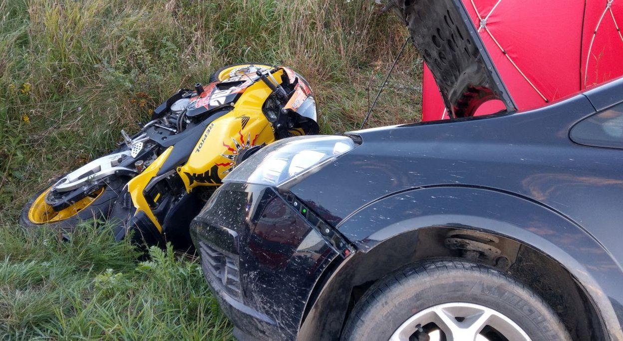 MAKABRYCZNY wypadek! Motocyklista wciągnięty pod auto! - Zdjęcie główne