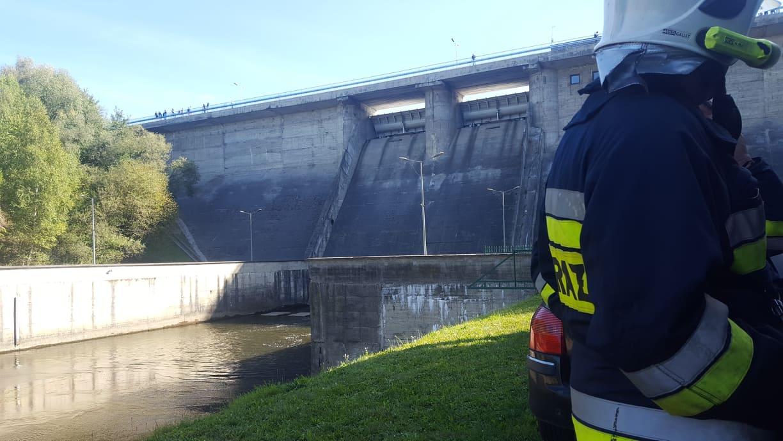 Z OSTATNIEJ CHWILI: 46 - letni mężczyzna skoczył z zapory! Niestety zginął na miejscu [ZDJĘCIA] - Zdjęcie główne