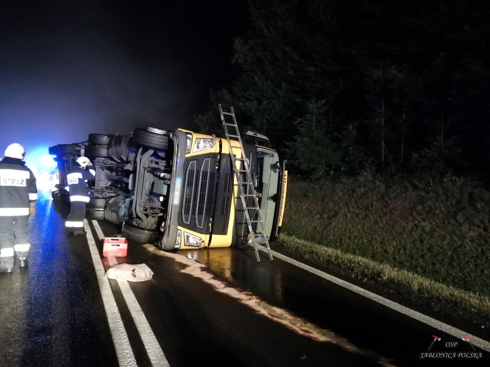 Podkarpacie. Przewrócona ciężarówka na jezdni! W akcji pięć zespołów ratunkowych [FOTO] - Zdjęcie główne