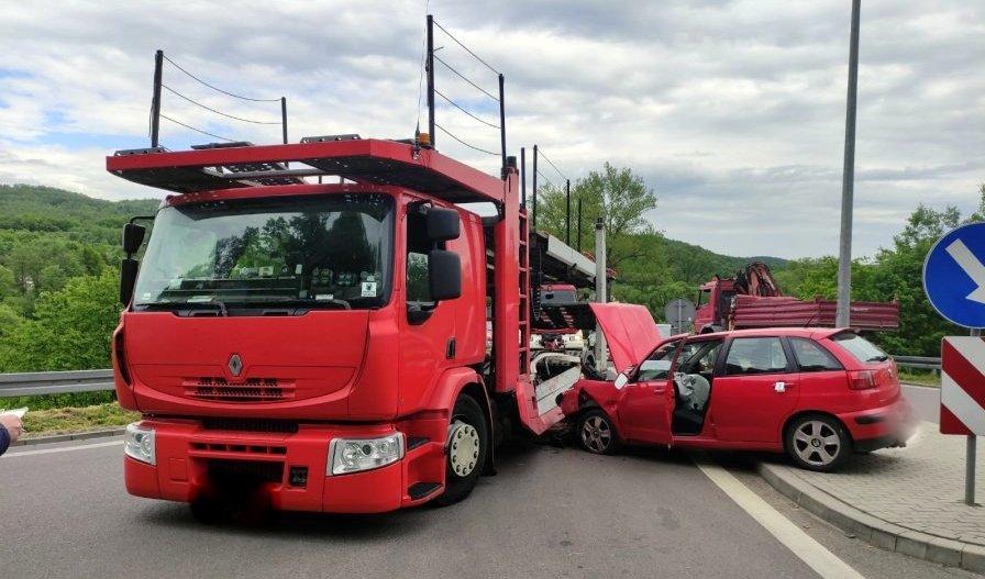 DOMARADZ: Osobówka zderzyła się samochodem ciężarowym [ZDJĘCIA] - Zdjęcie główne