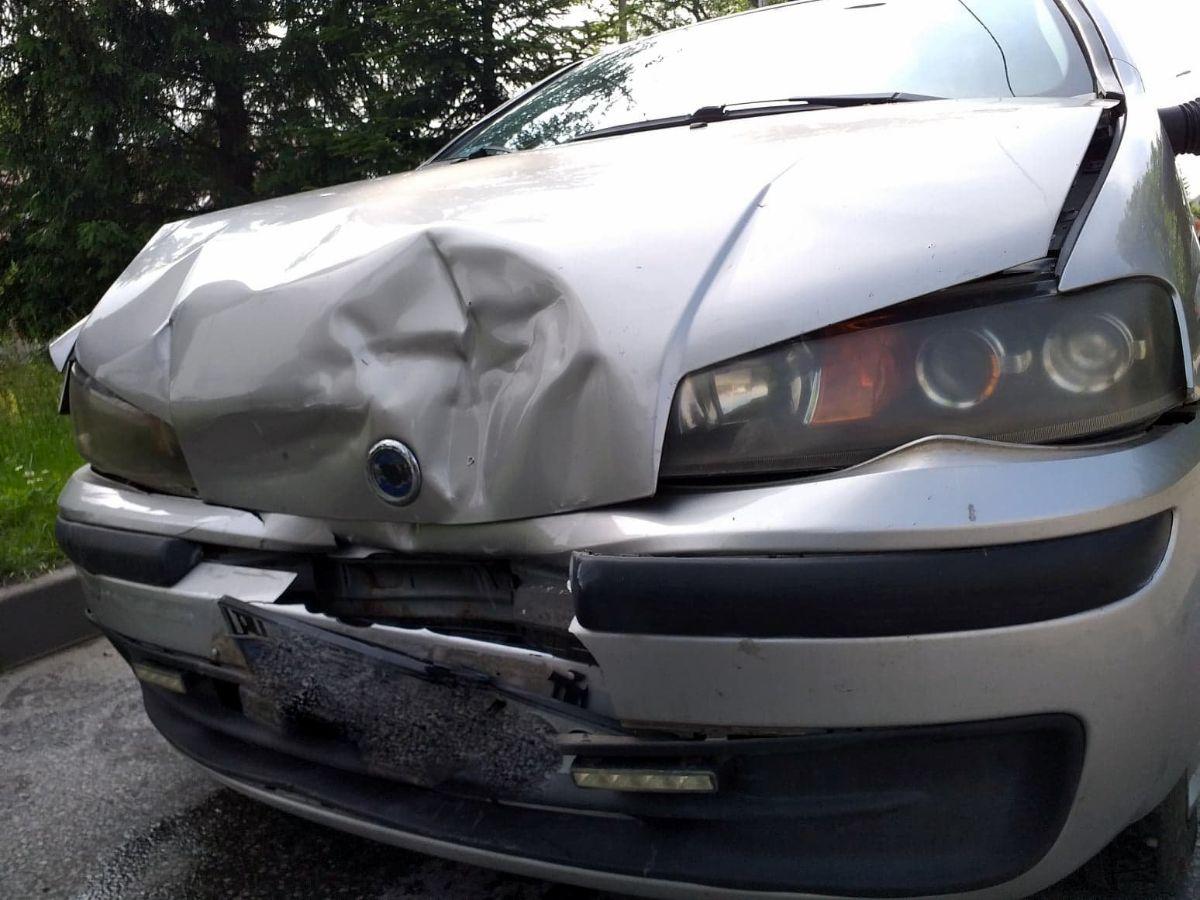 SANOK: Chciała wjechać na parking uderzył w nią samochód [FOTO] - Zdjęcie główne