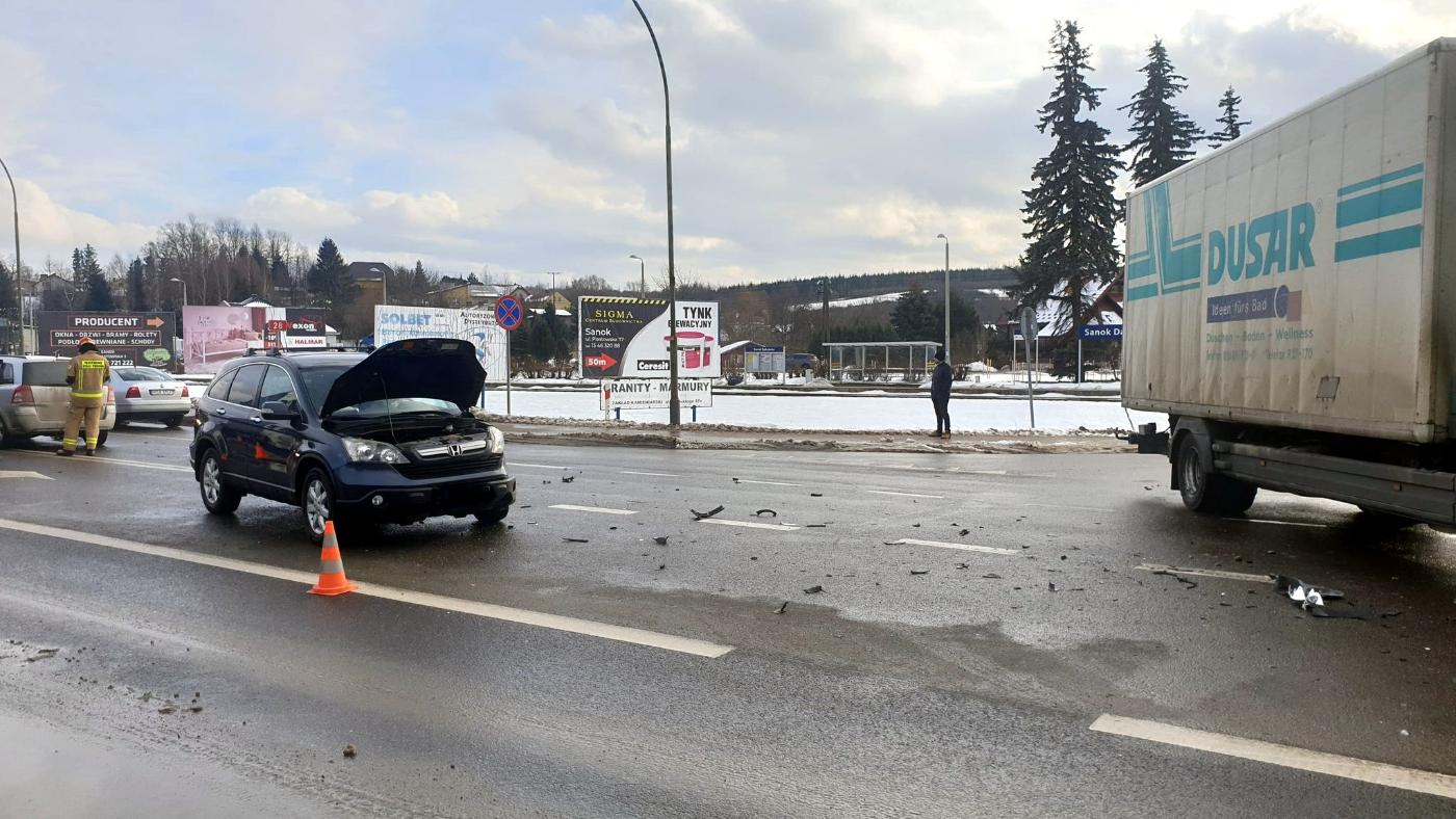 SANOK: Zderzenie ciężarówki i samochodu osobowego na Dąbrówce [FOTO+VIDEO] - Zdjęcie główne
