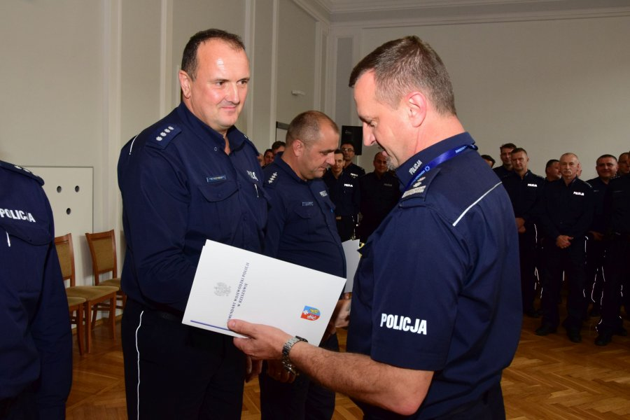 Sanocki policjant zajął II miejsce w wojewódzkim konkursie dla policjantów służby dyżurnej - Zdjęcie główne