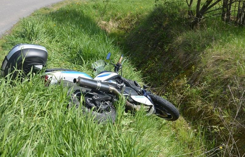 Z REGIONU. Motocyklista stracił panowanie nad pojazdem i wjechał do rowu - Zdjęcie główne