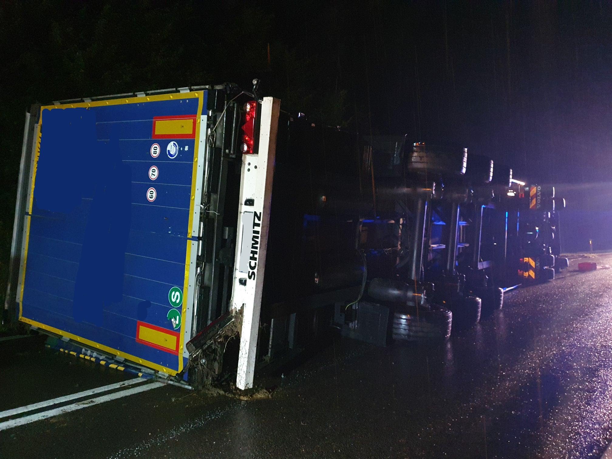 Podkarpacie: Ciężarówka przewróciła się na bok. Droga krajowa zablokowana - Zdjęcie główne