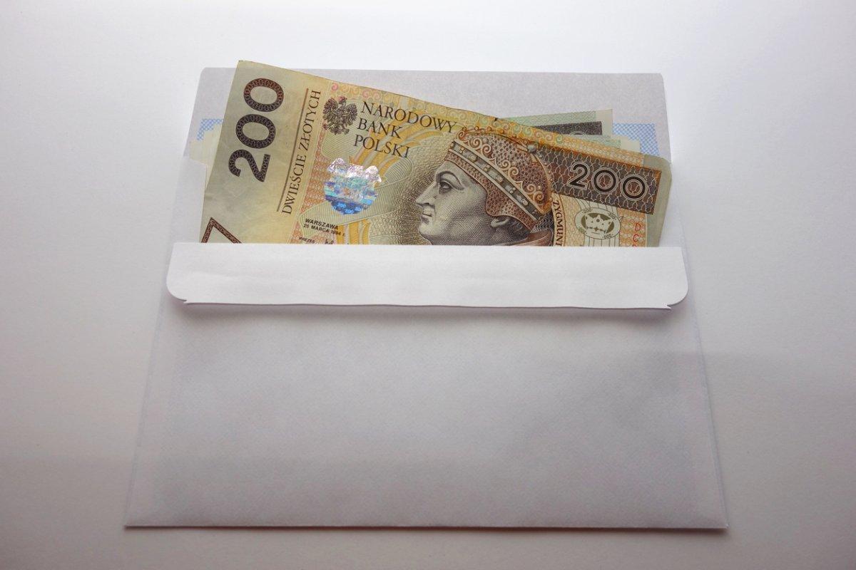 Ile pieniędzy dać na komunię? Wypchać kopertę czy kupić prezent? - Zdjęcie główne